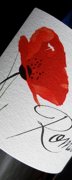 「キュヴェ・ロマン・ルージュ」、ラベルには畝に咲く花が描かれている