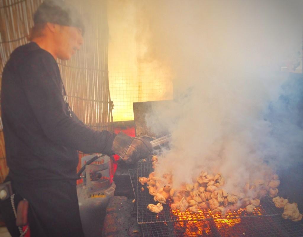 下は炭火、上はガス火、職人が付きっきりで焼き上げています。写真の職人は、安田氏。